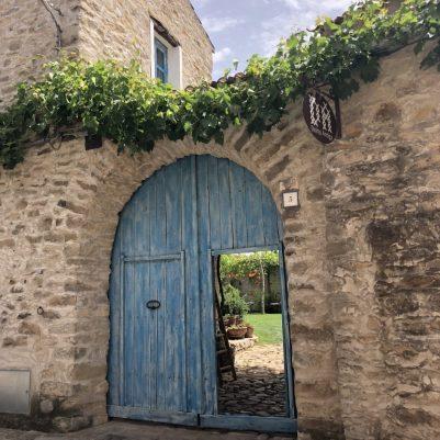 Der Eingang zum Domu Antiga: So war er schon immer, nur das freundliche Blau ist neu
