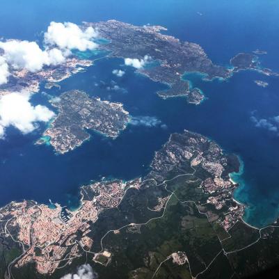 Mit dem Winterflugplan 2018/2019 ist das Maddalena-Archipel von oben ein rarer Anblick ...