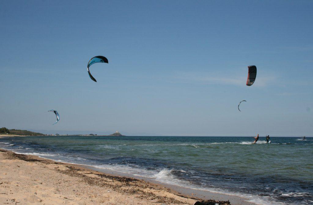 Kiten in Santa Margherita di Pula, im Hintergrund Nora