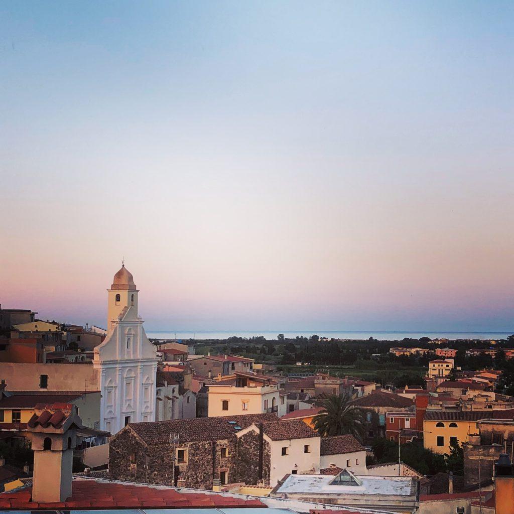 Blick über die Stadt am Abend (von der Dachterrasse des Restaurant Sa Turre)