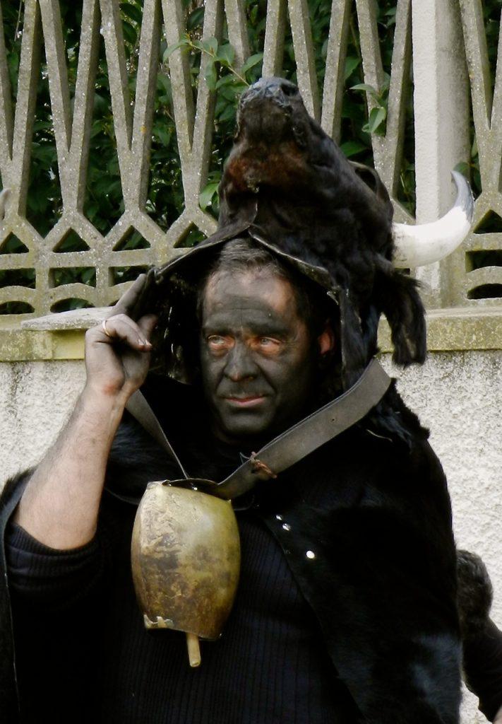 """Unterm Stierkopf: die Figur des """"Bois"""" aus Escalaplano ist eine aus alten Zeiten wiederbelebte Figur"""