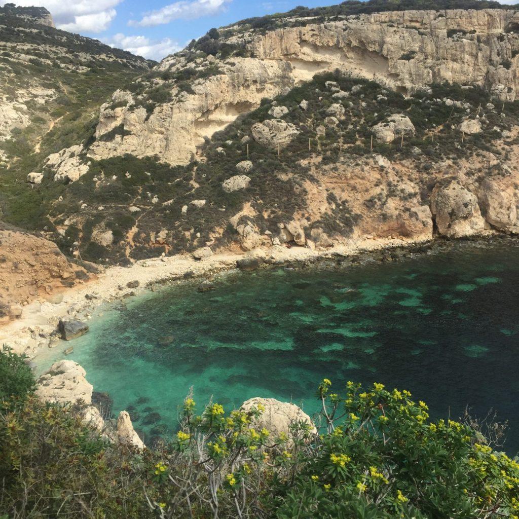 Nach einem kleinen Trek am Sella del Diavolo erreicht man die hübsche Cala Figuera
