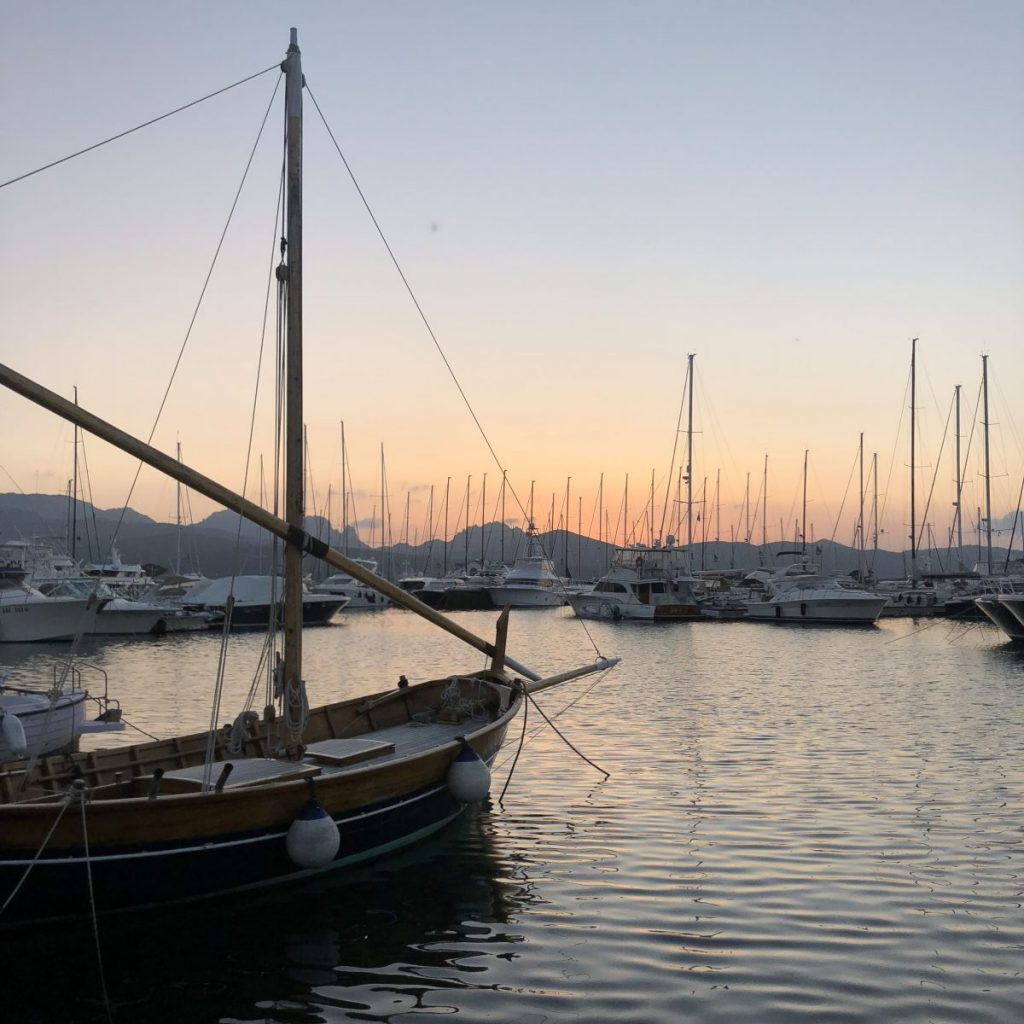 Hübscher Hafen, außer diesem Lateinsegler ist alles leider etwas künstlich: Porto Rotondo