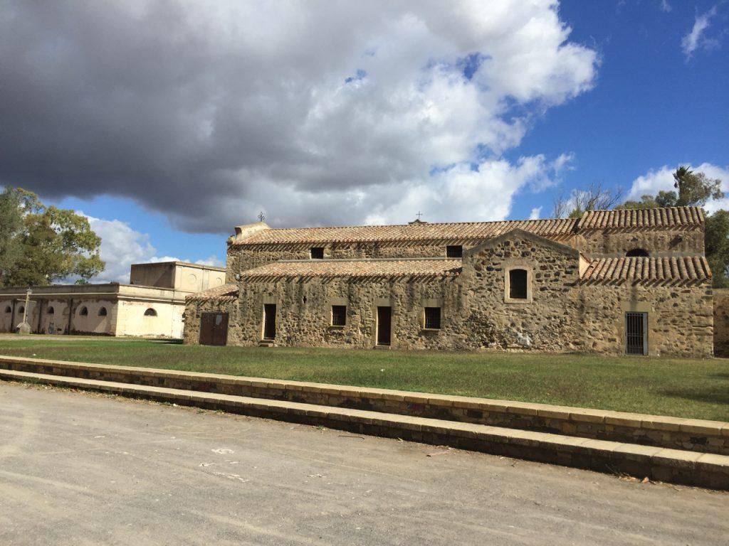 Kirche und Park an den Thermen sind ganz hübsch, Sardara selbst auch. Der Hotelbetrieb ist eher alt und zweckmässig.