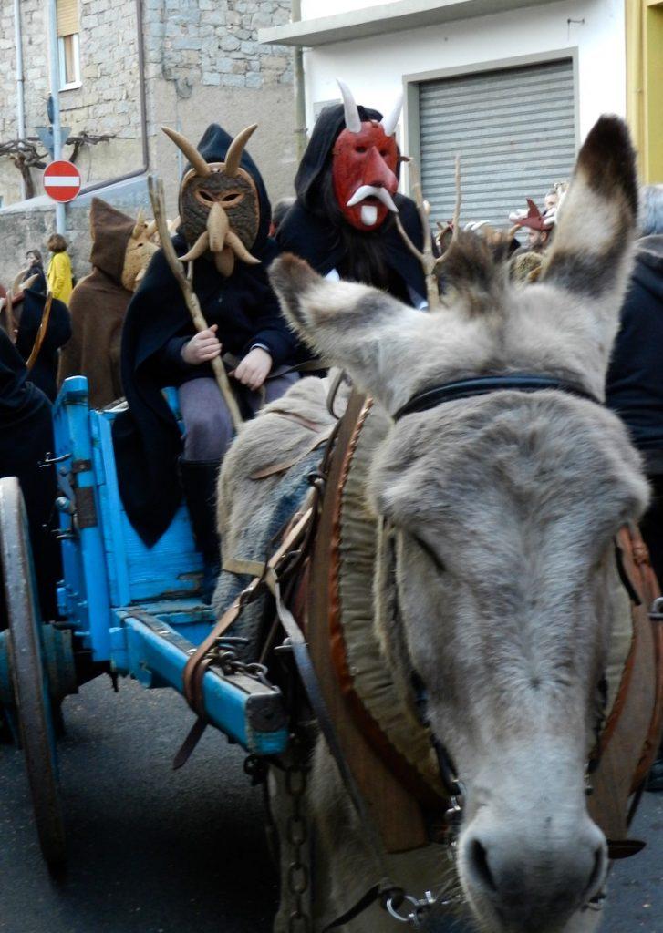 Su Bundhu in Orani auf einem Eselskarren