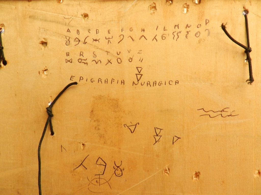 Die »epigrafia nuragica« ist existent, aber dem gesprochenen Wort unterlegen.