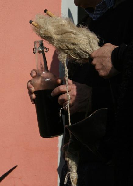 Wenn zum sardischen Karneval Wein ausgeschenkt wird - sorg einfach selbst dafür, dass du immer ein passendes Behältnis dabei hast!