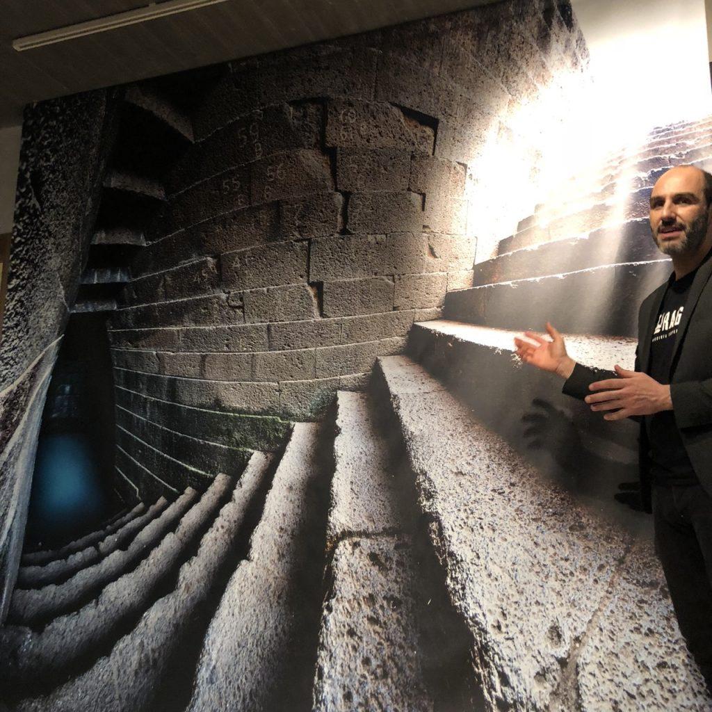 Einer der Macher von NURAGICA erklärt das innere des Brunnenheiligtums Santa Cristina