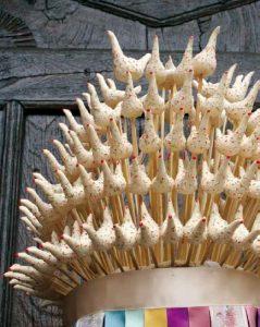 Su Cohone e Vrores aus Fonni - mit Hühnern, einem klassischen Fruchtbarkeitssymbol, das auch zu Ostern passt