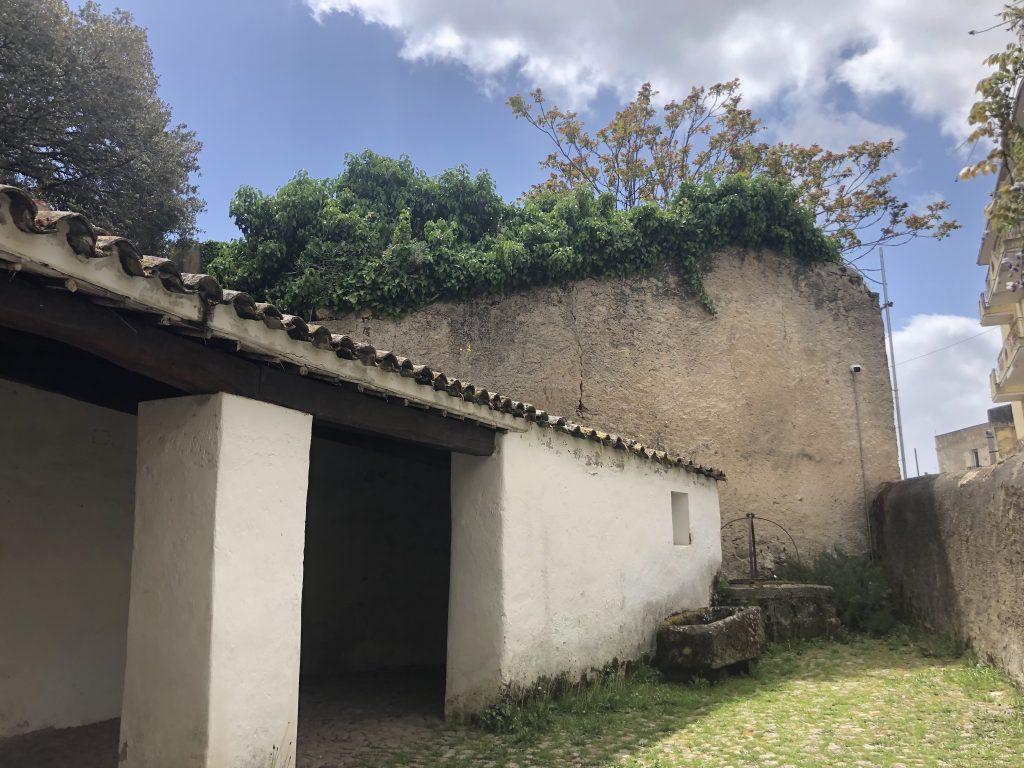 Der gemütliche Innenhof im Geburtshaus der Grazia Deledda