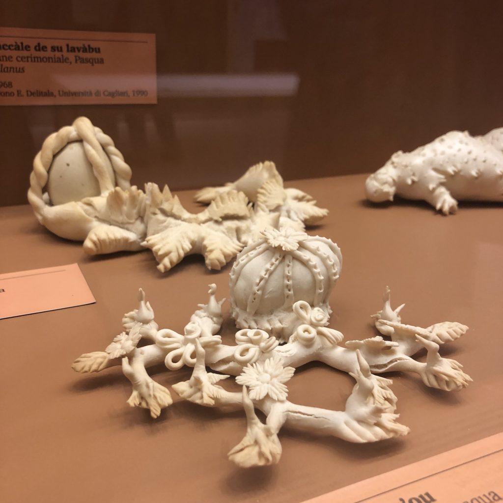 Brot als kleine Kunstwerke im Museo Etnografico