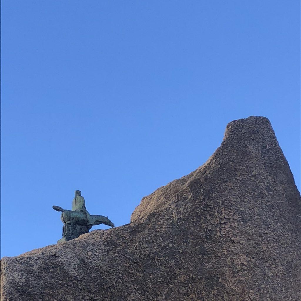 Sardische Kunst unter freiem Himmel auf der Piazza Sebastiano Satta, Nuoro