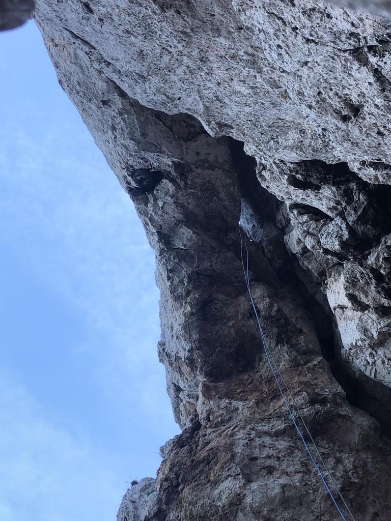 Durch das Loch im Fels da oben, bin ich herunter gekommen ... genial!