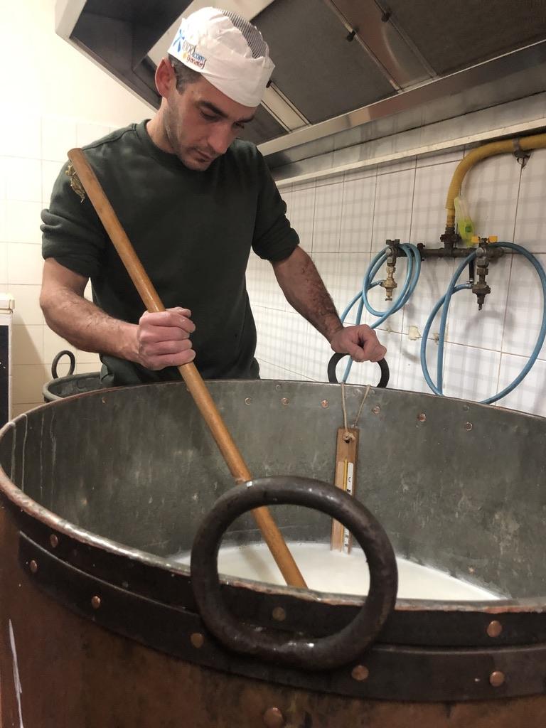 Mattia Moro am alten Kupfertopf, in dem gerade Ricotta zubereitet wird