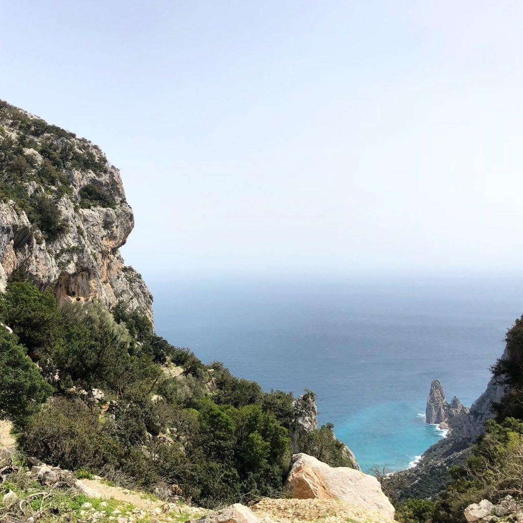Toller Platz: Blick von der Cengia Giradili auf die Pedra Longa im Supramonte di Baunei