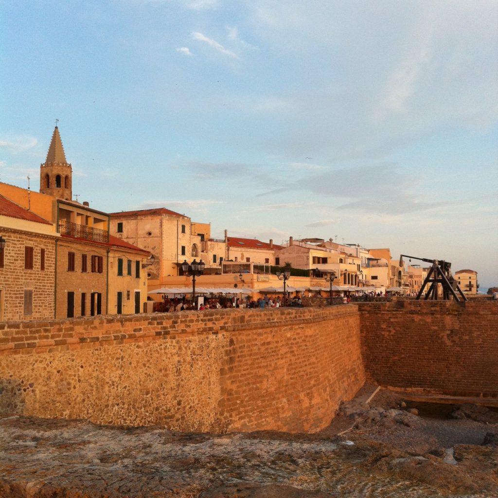 Die dicke Stadtmauer von Alghero