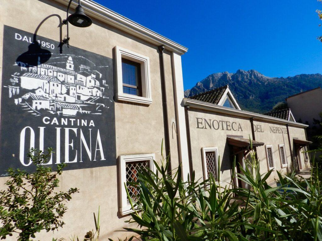 Traumhaft am Fuß des Monte Corrasi gelegen: Cantina Oliena / Enoteca del Nepente