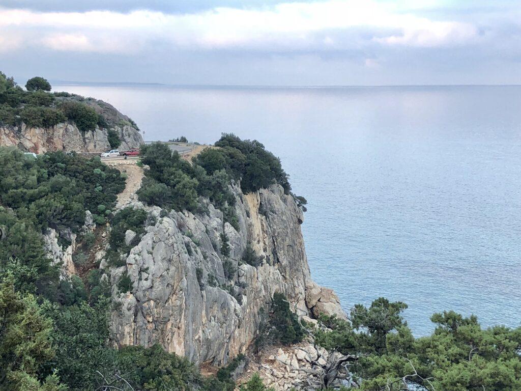 Cala Fuili - Blick vom Trek zur Cala Luna zur gegenüberliegenden Straße