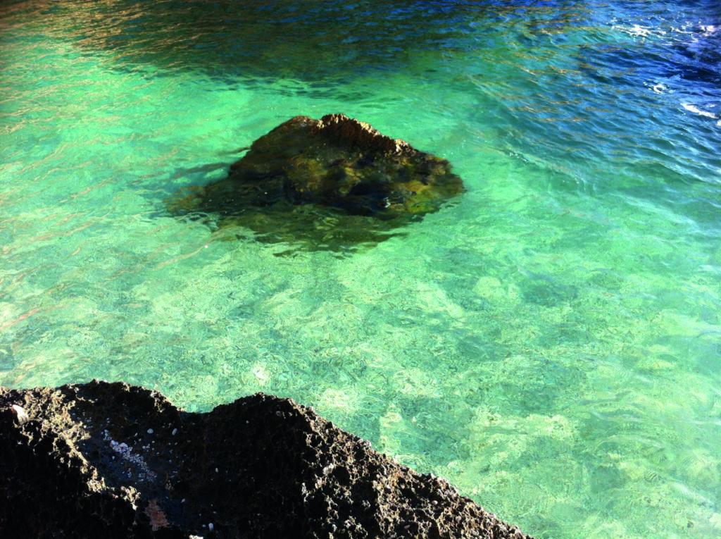 Die weißen Steinchen lassen das Türkiswasser kristallklar scheinen