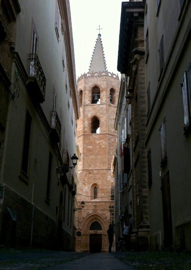 Die nachhaltigsten Spuren auf Sardinien hinterließen die Katalanen (zum Beispiel in Alghero) und ...