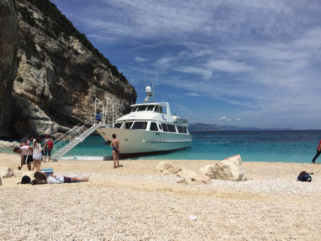 Eines der Ausflugsboote, das die Badegäste heranbringt