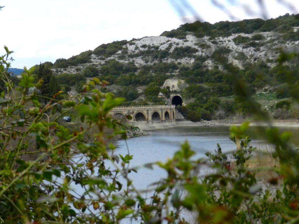Highlight in der Region: Eine Fahrt mit dem Trenino Verde, hier über die alte Brücke am Stausee bei Isili