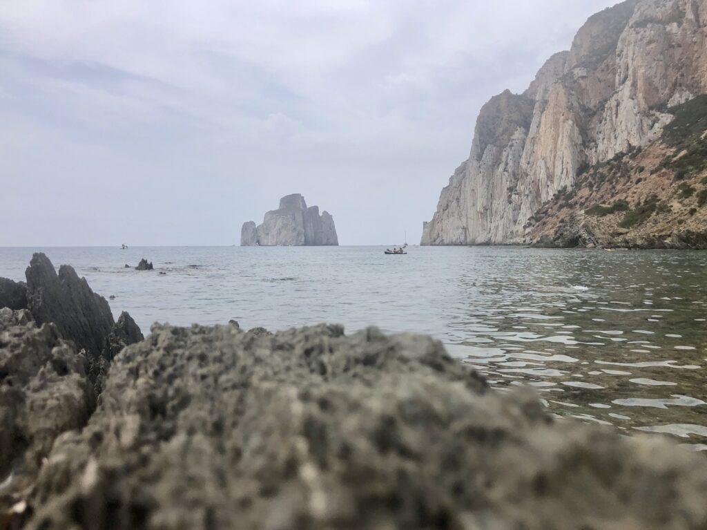Genial: die felsdurchsetzte Küste von Masua mit dem Kayak erkunden!