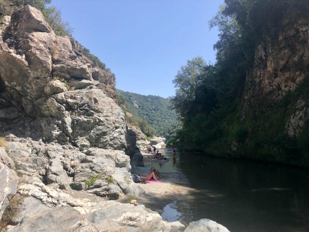 Im Sommer suchen ziemlich viele Abkühlung im Fluss