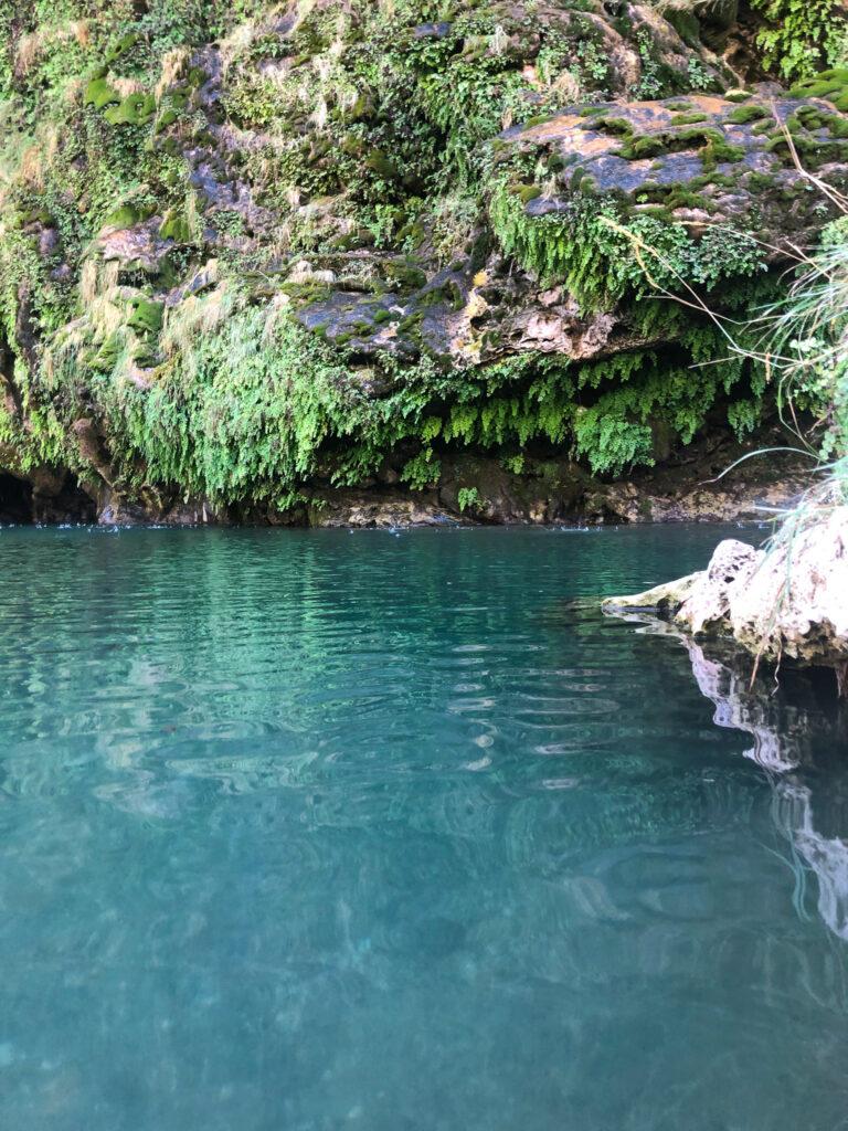 """Die blaugrünen Wasser der """"natürlichen Pools"""" von Sa Stiddiosa"""