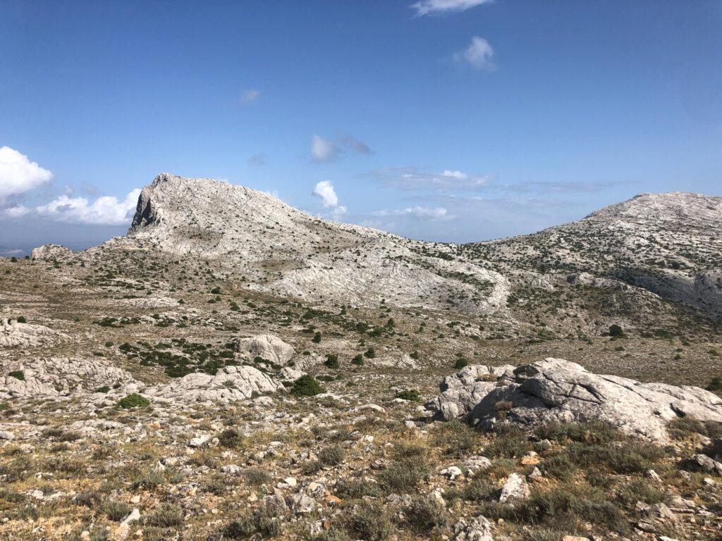 Blick zurück zu Punta Carabidda und Ortu Camminu, rechts noch im Bild die Punta Sos Nidos