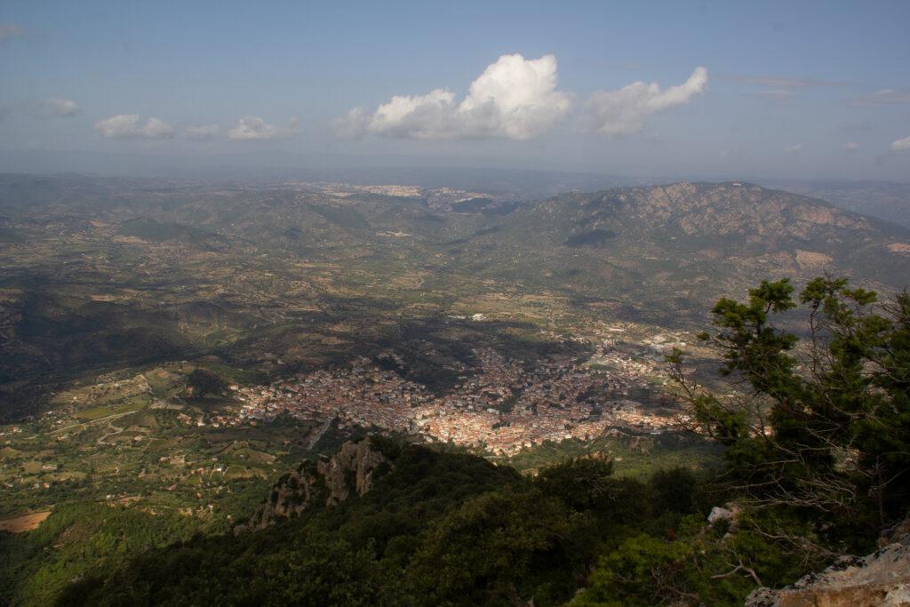 Blick vom Supramonte auf Oliena und das fruchtbare Tal bis nach Nuoro