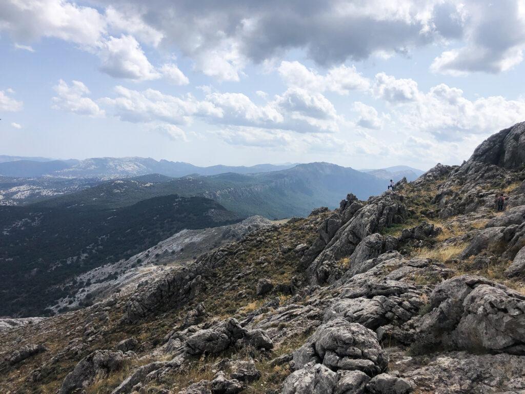 Einsamer Wanderer und die Weite des Supramonte