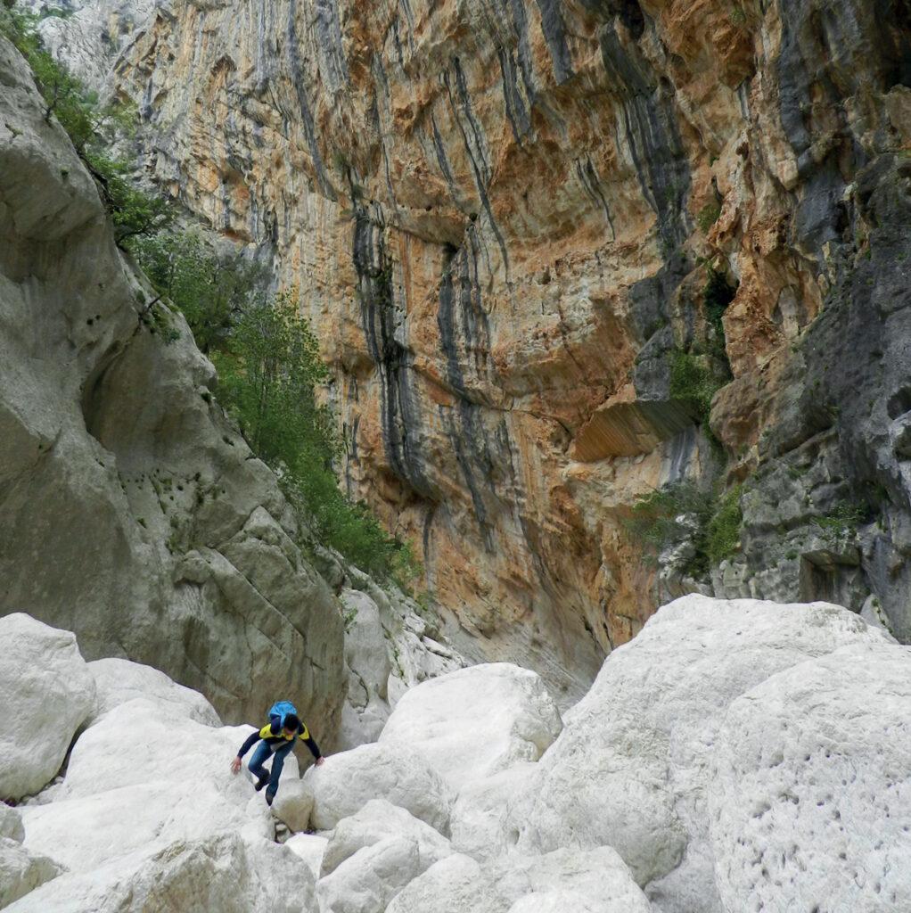 Über Stock und Stein - auch wenn es übermannshohe Felsen sind! (hier in der Gola Su Gorropu)