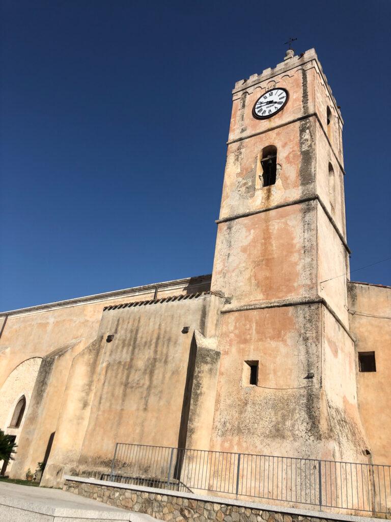 Eine von Olienas Kirchen. Die Uhr ist stehen geblieben.