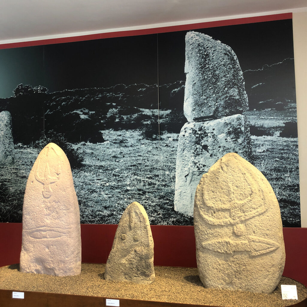 Im Boden eingefasste, länglichen Steine: perdas fittas