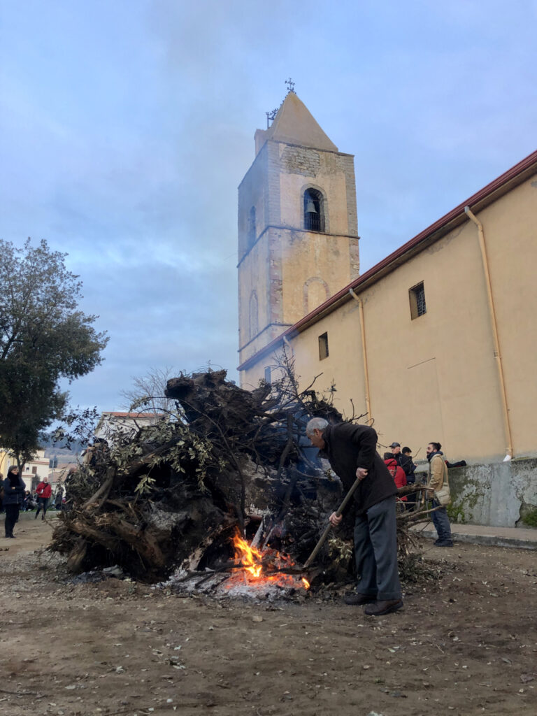 Das große Feuer vor der Kirche Beata Vergine Assunta in Mamoiada