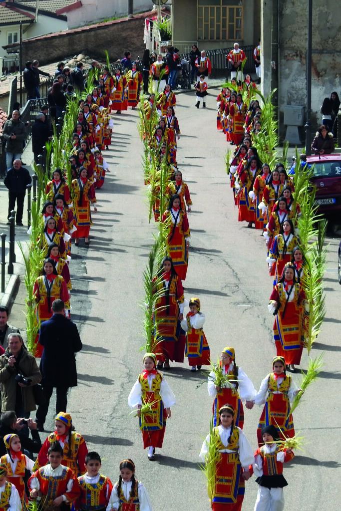 Prozession der Frauen in der bunten Tracht / costume am Palmsonntag in Desulo