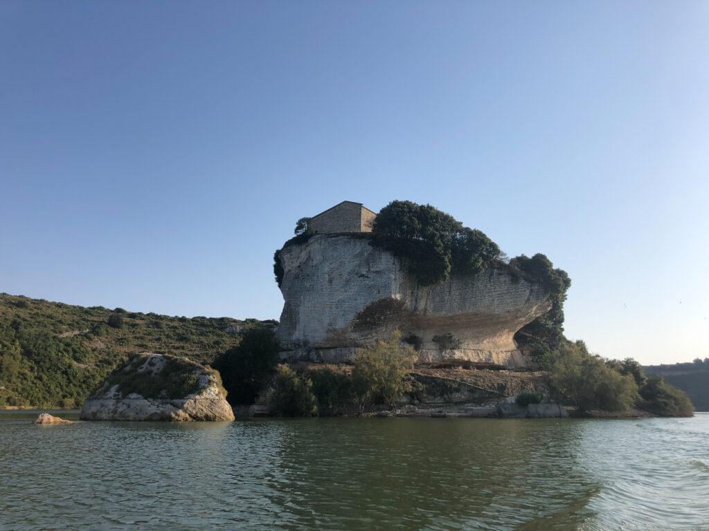 Blick vom Wasser hinauf zum Kirchlein San Sebastiano