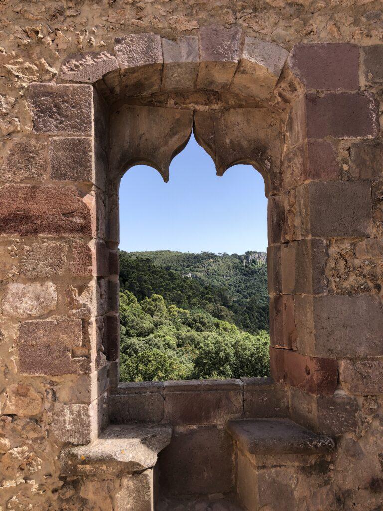 Fenster in der Burgruine im Parco Aymerich