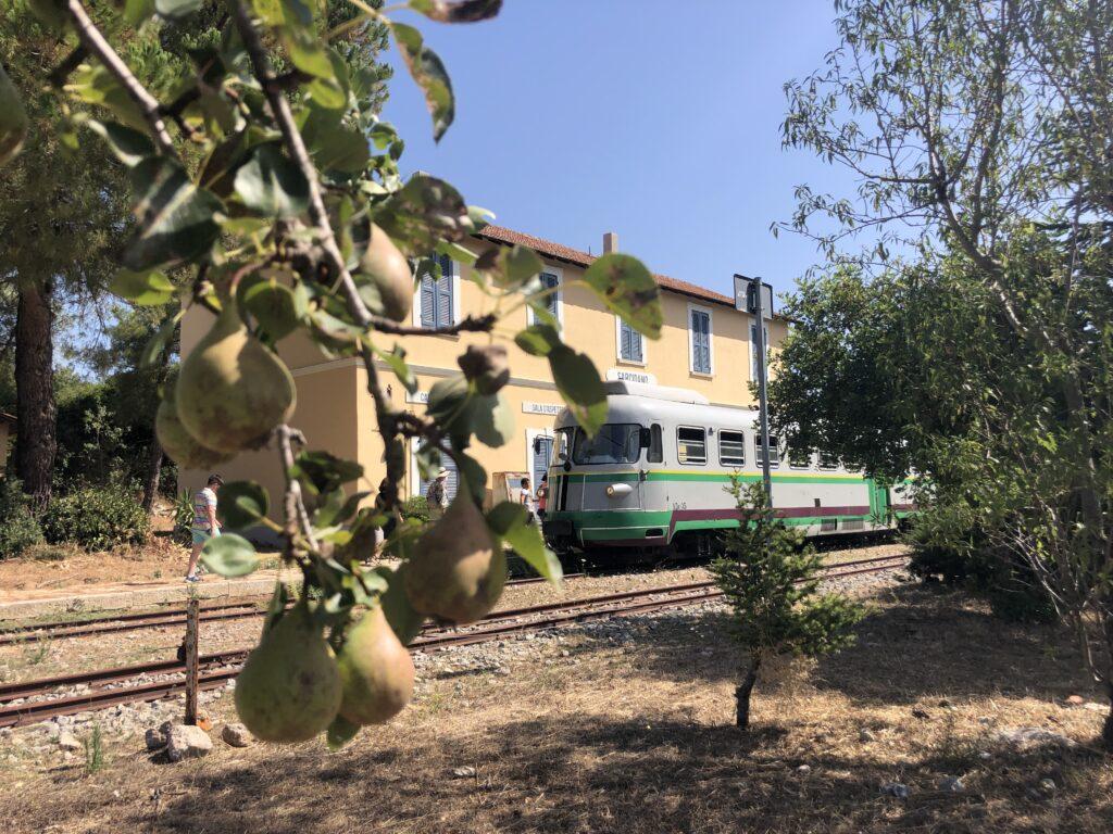 Der Barbagia Express an der Haltestelle Sarcidano