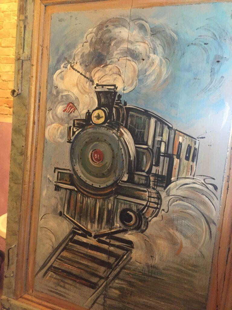 Früher war der Zug mal ne Dampflok. Zu ganz besonderen Anlässen holt man sie auch noch aus dem Depot ...