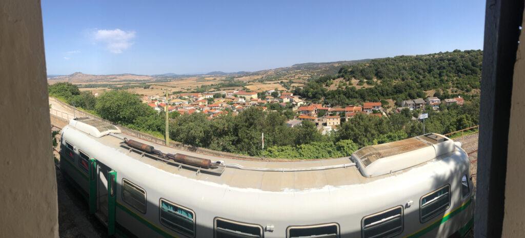 Aus einem Zimmer im ersten Stock der Bahnstation hat man einen grandiosen Panoramablick über Nurallao und das Sarcidano