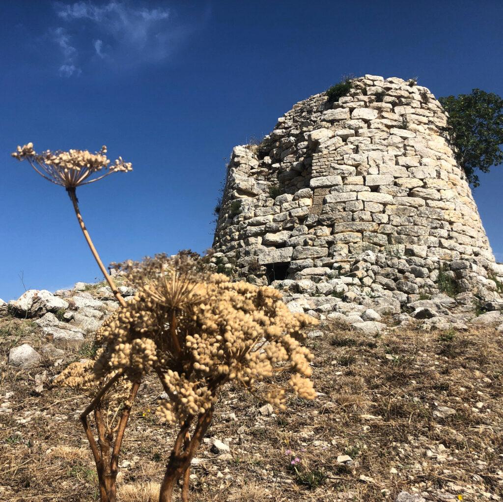 Das Schneewittchen Sardiniens, kalkweiße Schönheit: Nuraghe Is Paras, Isili
