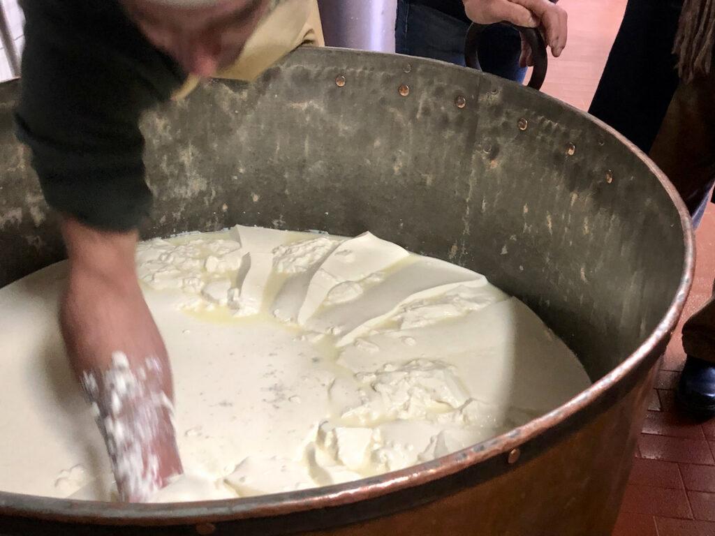 Mattia macht Käse in echter Handarbeit, so wie er es von seinem Vater gelernt hat