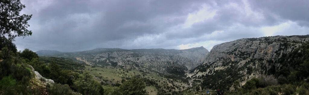 """Die """"Rückseite"""" der Gola Su Gorropu ist im Blick ... und von links rückt der Regen an ..."""