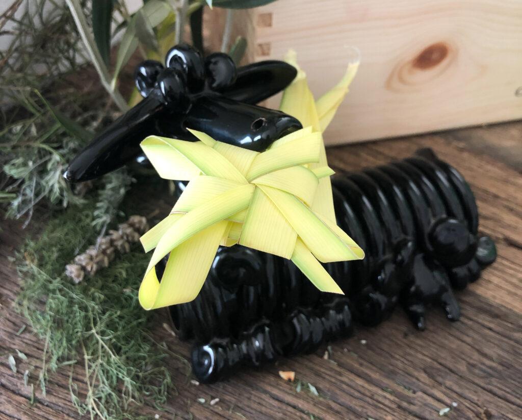 Das schwarze Schaf erlaubt sich einen Scherz mit den schmackhaften Palmblättern ...