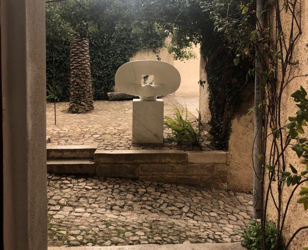 Innenhof des Spazio Ilisso in Nuoro mit einer Skulptur von Costantino Nivola