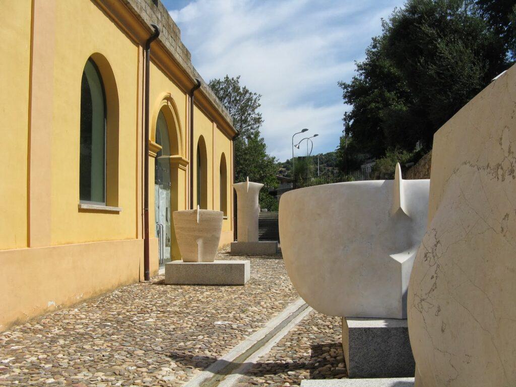 Verschiedene Skulpturen im Außenbereich des Museo Nivola in Orani
