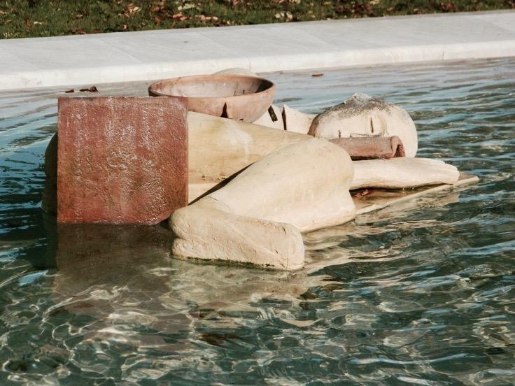 """""""Dormienti"""", Skultpuren in den Giardini Pubblici vor der Galleria Comunale d'Arte in Cagliari"""