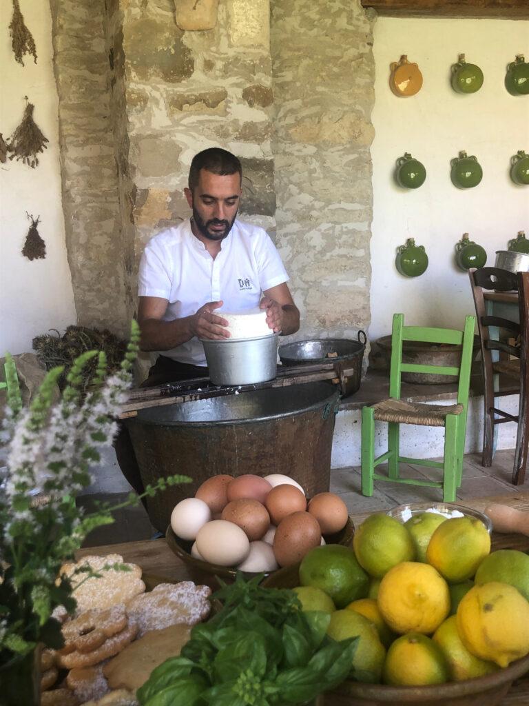 Käse-Herstellung und Kochen mit natürlichen Zutaten; hier im Domu Antiga, Gergei